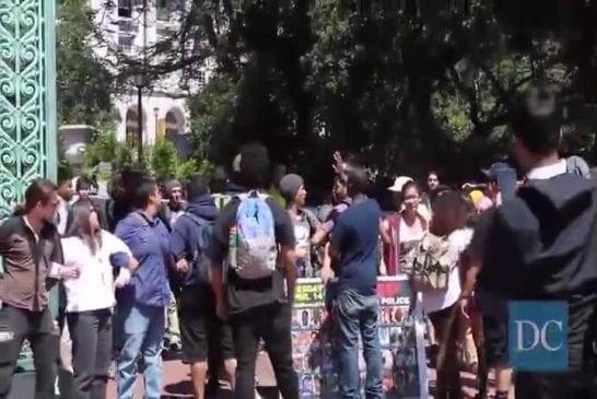 Etudiants bloquent la porte Sather pour protester contre la brutalité policière