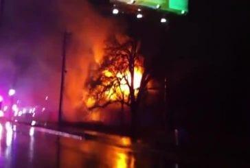 Des gars sont témoins d'un incendie